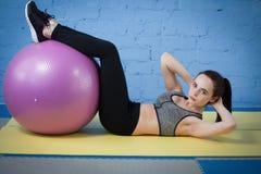 Entrenamiento feliz joven de la mujer en el gimnasio Fotografía de archivo libre de regalías