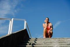 Entrenamiento feliz motivado de la mujer afuera Fotos de archivo