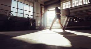Entrenamiento femenino del boxeador dentro de un ring de boxeo Fotografía de archivo libre de regalías
