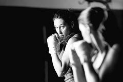 Entrenamiento femenino joven del boxeador fotos de archivo