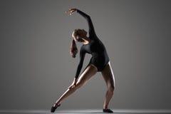 Entrenamiento hermoso del bailarín Fotografía de archivo libre de regalías