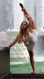 Entrenamiento hermoso del gimnasta en el parque en el fondo de la fuente Imagen de archivo libre de regalías