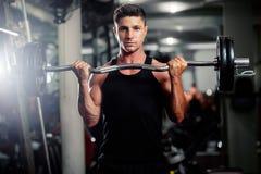 Entrenamiento hermoso del hombre en gimnasio Fotografía de archivo