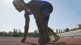 Entrenamiento hispánico del atleta en el estadio para mejorar resultado y a conseguir en equipo nacional metrajes
