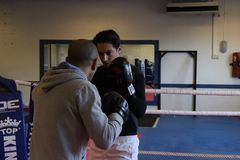 Entrenamiento inglés del boxeo en el gimnasio Imagen de archivo libre de regalías