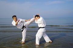 Entrenamiento japonés de la persona del arte marcial del karate Imagenes de archivo