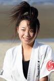 Entrenamiento japonés joven de la muchacha del karate Imágenes de archivo libres de regalías