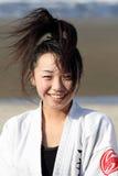 Entrenamiento japonés joven de la muchacha del karate Imagenes de archivo