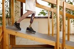 Entrenamiento masculino del portador de la prótesis en cuestas Foto de archivo libre de regalías