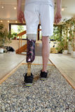 Entrenamiento masculino del portador de la prótesis a recorrer Fotografía de archivo libre de regalías