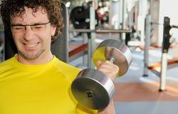 Entrenamiento masculino en la gimnasia Fotografía de archivo libre de regalías
