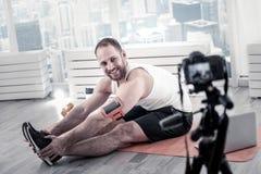 Entrenamiento masculino positivo del blogger para la cámara Imagen de archivo