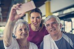 Entrenamiento mayor de los pares en el gimnasio foto de archivo libre de regalías