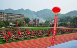 Entrenamiento militar de los estudiantes de primer año foto de archivo