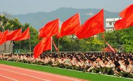 Entrenamiento militar de los estudiantes de primer año de la universidad imagenes de archivo