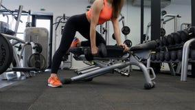 Entrenamiento modelo del ajuste atractivo joven en gimnasio con pesa de gimnasia