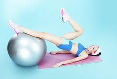 entrenamiento Mujer activa que ejercita con la bola de la aptitud Imagenes de archivo