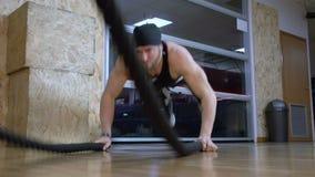 Entrenamiento muscular con la cámara lenta FDV de la tierra de la cuerda almacen de metraje de vídeo