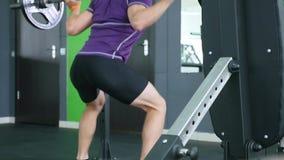 Entrenamiento muscular del hombre con el barbell en el gimnasio almacen de video