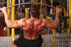 Entrenamiento muscular del hombre en gimnasio Foto de archivo