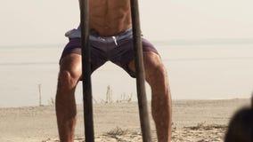 Entrenamiento muscular descamisado joven del hombre del primer con las cuerdas de la batalla almacen de metraje de vídeo