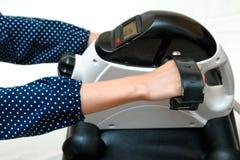 Entrenamiento para el brazo, ejercicio del músculo de la rehabilitación de la mujer Imágenes de archivo libres de regalías