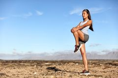 Entrenamiento permanente de la mujer de la aptitud del estiramiento de la pierna de Glutes foto de archivo