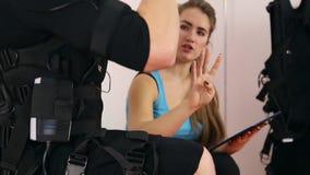 Entrenamiento personal del ccsme en el gimnasio almacen de metraje de vídeo