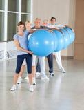 Entrenamiento posterior con las bolas de la gimnasia Fotos de archivo libres de regalías