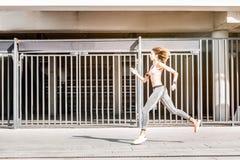 Entrenamiento profesional del atleta de sexo femenino para el maratón fotografía de archivo libre de regalías
