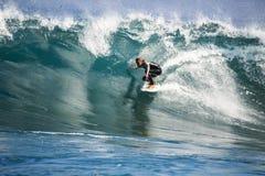 Entrenamiento que practica surf del atleta Fotos de archivo