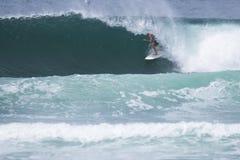 Entrenamiento que practica surf del atleta Foto de archivo libre de regalías