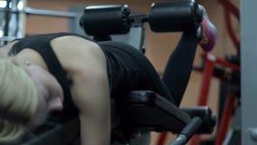Entrenamiento rubio de la muchacha en el gimnasio Mujer contratada a aptitud almacen de metraje de vídeo