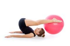 Entrenamiento suizo del ejercicio de la muchacha del niño de la bola del fitball de la aptitud Imagen de archivo libre de regalías