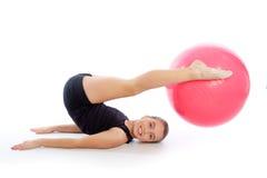 Entrenamiento suizo del ejercicio de la muchacha del niño de la bola del fitball de la aptitud Fotos de archivo