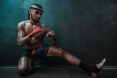 Entrenamiento tailandés del atleta de Muay en el encajonamiento tailandés dentro Foto de archivo