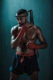 Entrenamiento tailandés del atleta de Muay en el encajonamiento tailandés dentro Fotografía de archivo