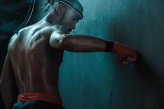 Entrenamiento tailandés del atleta de Muay en el encajonamiento tailandés dentro Imagenes de archivo