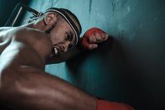 Entrenamiento tailandés del atleta de Muay en el encajonamiento tailandés dentro Imagen de archivo libre de regalías