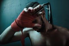 Entrenamiento tailandés del atleta de Muay en el encajonamiento tailandés dentro Fotos de archivo libres de regalías
