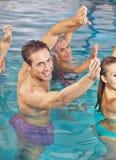 Entrenamiento trasero en agua en clase de la hidroterapia Foto de archivo libre de regalías