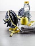 Entrenamiento y concepto natural masculino de la dieta con los accesorios del levantamiento de pesas Imagen de archivo libre de regalías