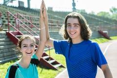 Entrenamiento y deporte adolescentes felices del entrenamiento que hacen Imagen de archivo libre de regalías