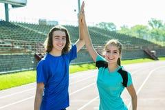 Entrenamiento y deporte adolescentes felices del entrenamiento que hacen Foto de archivo libre de regalías