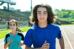Entrenamiento y deporte adolescentes felices del entrenamiento que hacen Fotografía de archivo libre de regalías