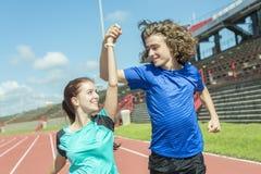 Entrenamiento y deporte adolescentes felices del entrenamiento que hacen Imágenes de archivo libres de regalías