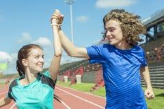Entrenamiento y deporte adolescentes felices del entrenamiento que hacen Fotos de archivo
