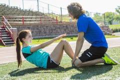 Entrenamiento y deporte adolescentes felices del entrenamiento que hacen Foto de archivo