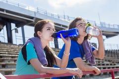 Entrenamiento y deporte adolescentes felices del entrenamiento que hacen Imagen de archivo