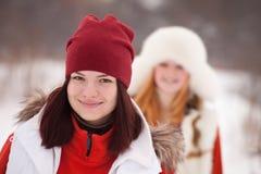 Entrenamientos de las muchachas en el parque del invierno Imagen de archivo libre de regalías
